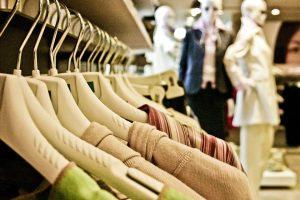176fa023e95 Ju färre nya plagg man köper, desto mindre bidrar man med andra ord till  denna skadliga industri. Om man vill köpa nya kläder bör man handla  medvetet, ...